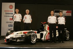 Nick Fry, Geoff Willis, Takeo Kiuchi and Shoichi Tanaka with the new BAR Honda 007