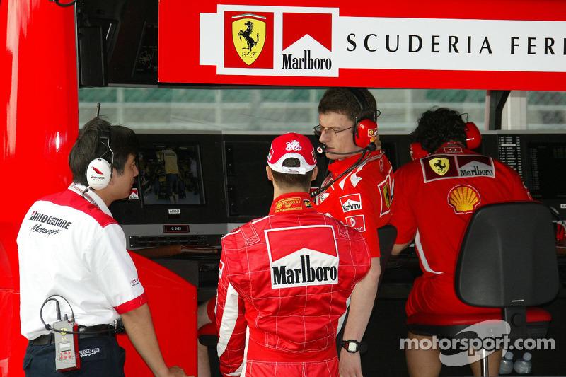 Michael Schumacher en el Ferrari pitwall