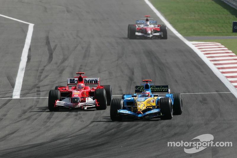 Michael Schumacher intenta pasar a Fernando Alonso