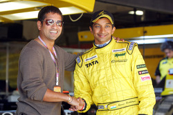 Narain Karthikeyan with cricket player Sachin Tendulkar