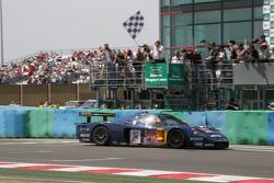#15 JMB Racing Maserati MC 12 GT1: Karl Wendlinger, Andrea Bertolini takes the checkered flag