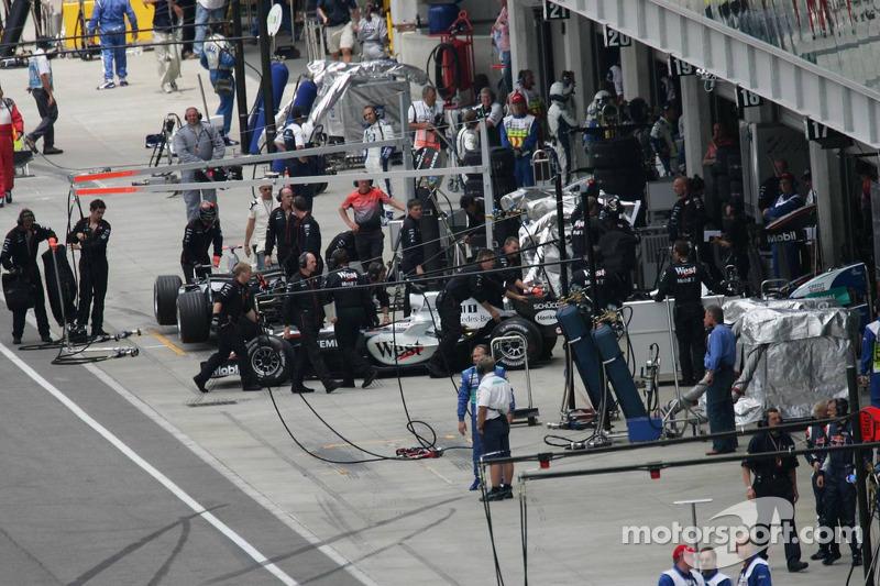 Juan Pablo Montoya empuejado hacia el garaje