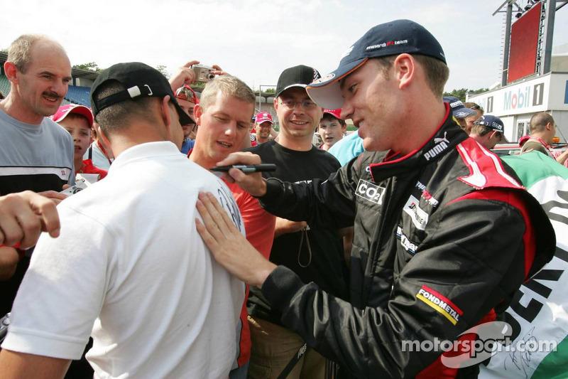 Robert Doornbos con sus fans