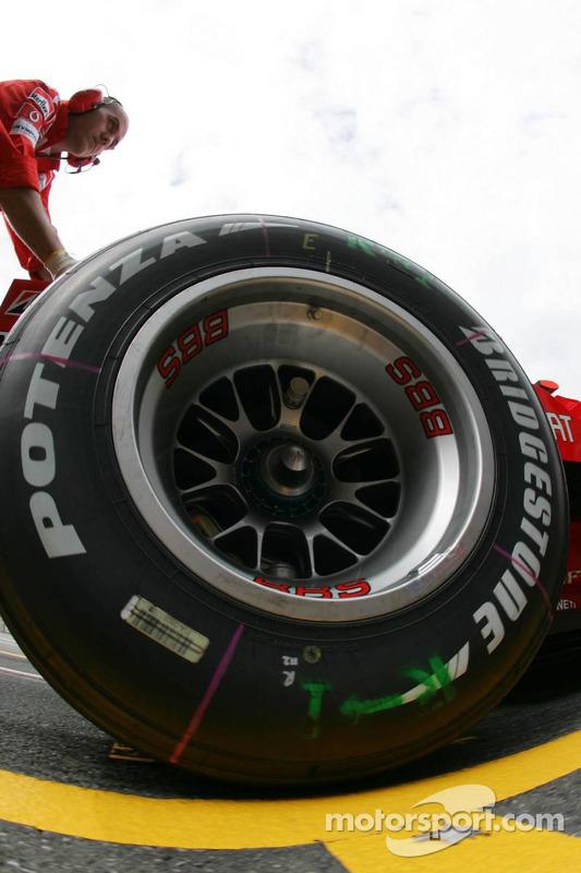Detalle de un neumático de Bridgestone