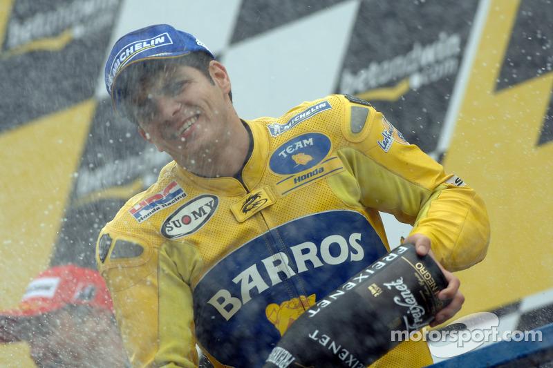 Podio: segundo lugar Alex Barros celebra con champag