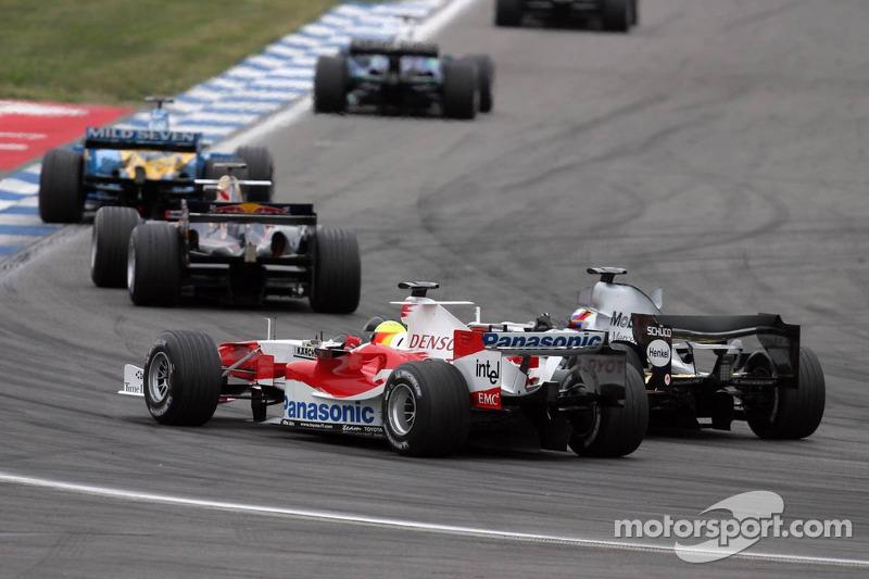 Juan Pablo Montoya pasa a Ralf Schumacher