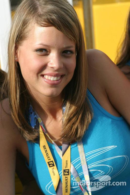 Una chica de Renault en la nueva zona de hospitality de Renault F1