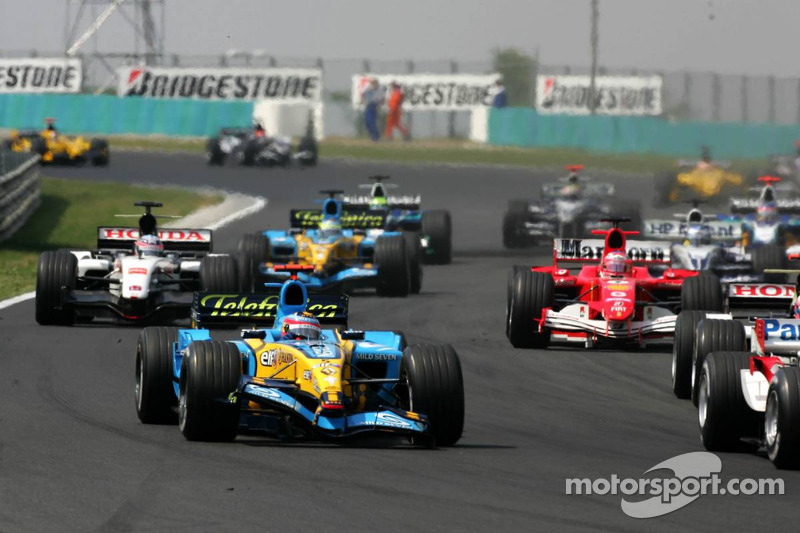 Fernando Alonso con un ala delantera dañada