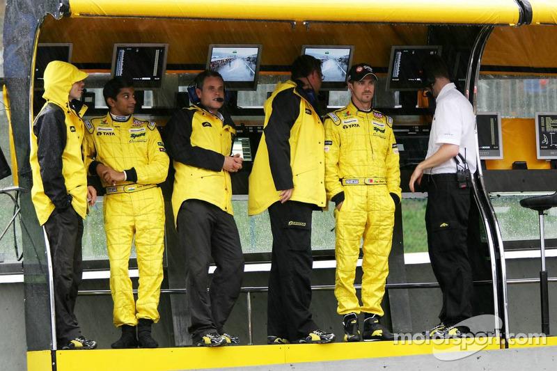 Narain Karthikeyan y Tiago Monteiro en el pitwall