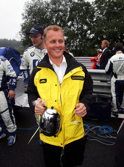 Johnny Herbert with a pot of tea on the starting grid