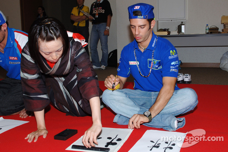 Marco Melandri intenta su mano en la pintura japonesa