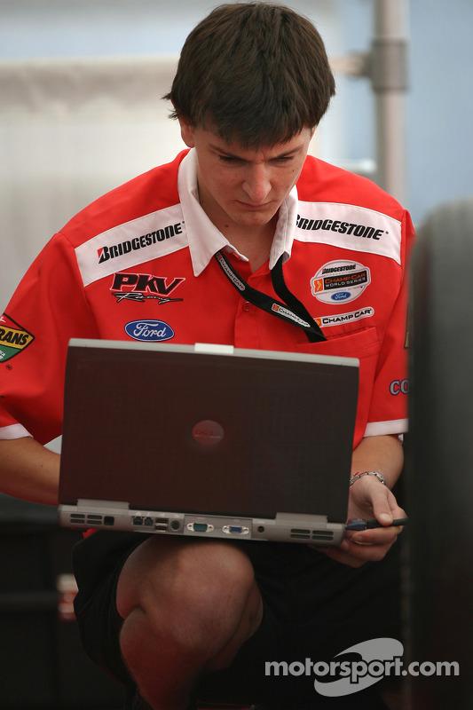 Un membre du PKV Racing au travail