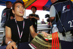 Autograph session: Sakon Yamamoto