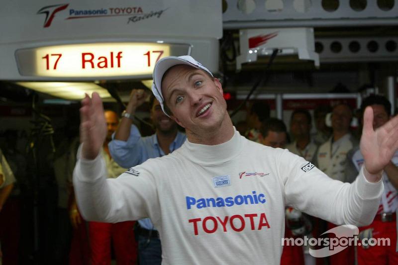 Ganador de la pole Ralf Schumacher celebra