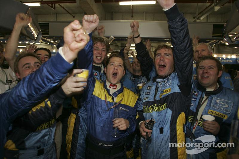 Los miembros del equipo Renault F1 celebran el Campeonato del mundo