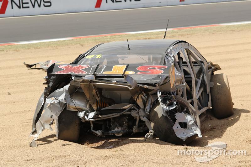 #91 MARC Cars Australia Mazda 3 V8: Keith Kassulke, Jake Camalleri, Ivo Breukers in un enorme incide