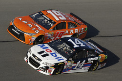 Tony Stewart, Stewart-Haas, Chevrolet, und Carl Edwards, Joe Gibbs Racing, Toyota