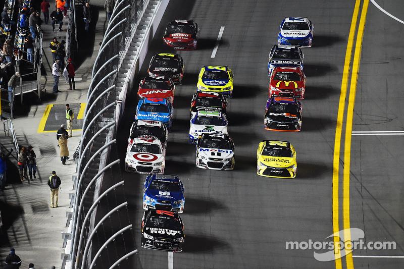 Мартін Труекс мол., Furniture Row Racing Chevrolet лідирує