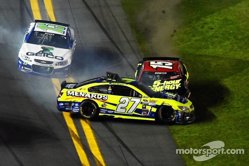 Paul Menard, Richard Childress雪佛兰车队,和Clint Bowyer, Michael Waltrip丰田车队,撞车