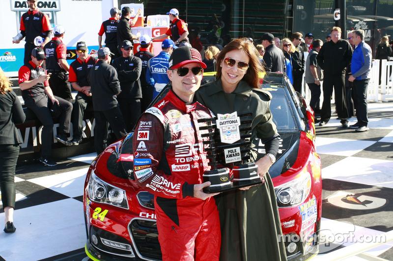 صاحب قطب الإنطلاق، جيف غوردون، هندريك موتورسبورتس شيفروليه، مع زوجته إنغريد فانديبوش