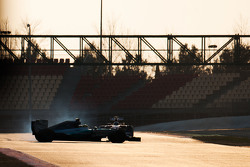 Pascal Wehrlein, piloto reserva de Mercedes AMG F1 W06 gira a alta velocidad frente a Kimi Raikkonen, Ferrari SF15-T