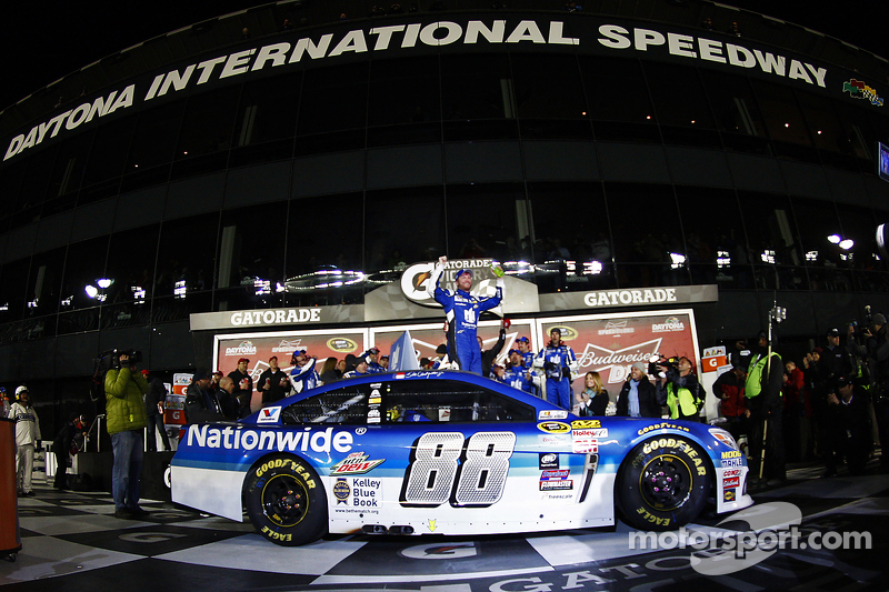 Kazanan Dale Earnhardt Jr., Hendrick Motorsports Chevrolet, kutlama yapıyor