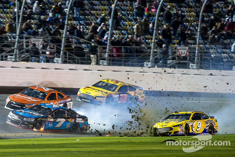 Sam Hornish Jr., Richard Petty Motorsports Ford y Alex Bowman, Tommy Baldwin Racing, Jeb Burton, BK Carreras de Toyota, David Gilliland, Frontrow de Automovilismo Ford en problemas