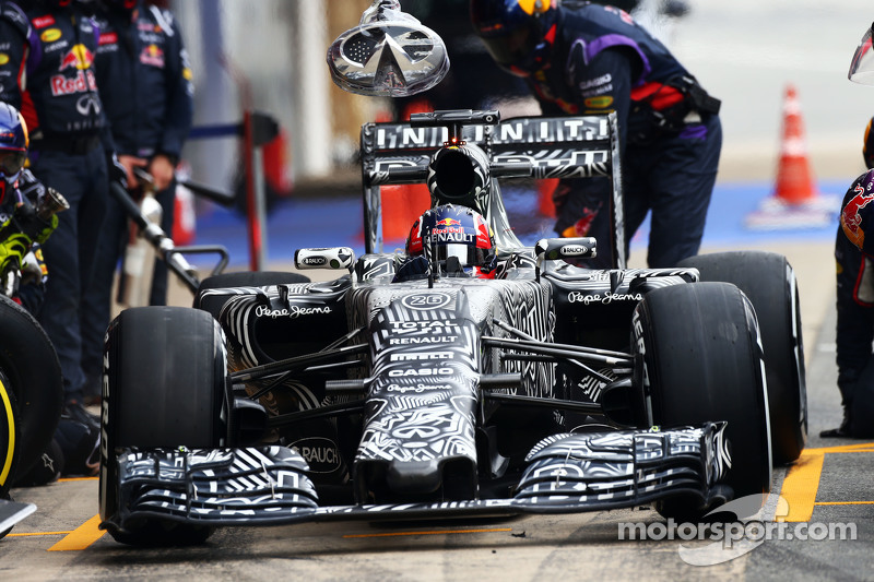 Daniil Kvyat, Red Bull Racing RB11, bei einem Trainingsstopp