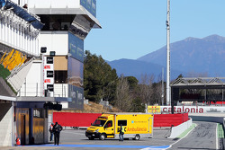 Fernando Alonso, McLaren es transportado en ambulancia