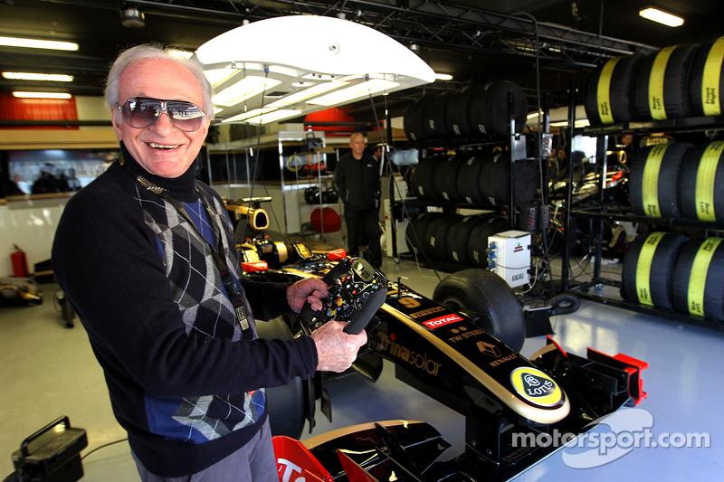 Gérard Ducarouge, 前F1设计师和工程师访问路特斯车队的车库