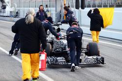 Daniil Kvyat, Red Bull Racing RB11, wird von den Mechanikern in der Boxengasse zurückgeschoben