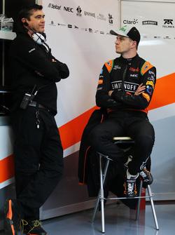 (Von links nach rechts): Bradley Joyce, Renningenieur bei Sahara Force India F1 Renningenieur, mit Nico Hülkenberg