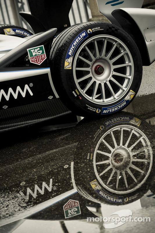 一辆FE赛车在日内瓦车展媒体展示中