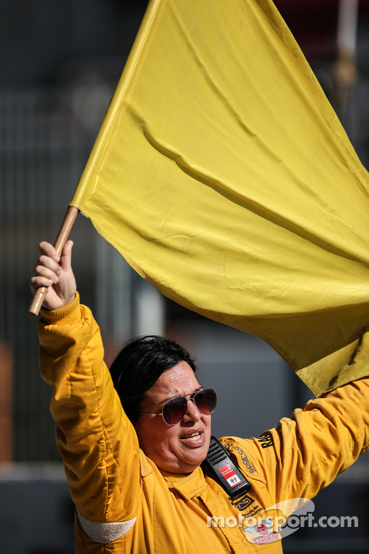 Un commissario con una bandiera gialla