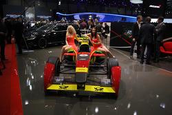 Edecán y el auto ABT Formula E