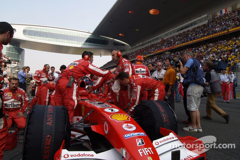 Miembros del equipo Ferrari en la parrilla de salida