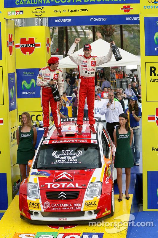 Подіум: 2005 JWRC чемпіони Даніель Сордо і Марк Марті святкують