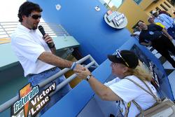Ford Innovation Drive: Elliott Sadler meets a fan