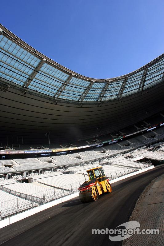 Mercredi 30 novembre : Touche finale pour l'asphalte, l'arche au-dessus de la ligne de départ / arrivée est érigée, les sièges avant des tribunes sont supprimés pour des raisons de sécurité, 540 tonnes supplémentaires d'asphalte ont été nécessaires