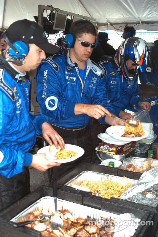 L'équipe Ten Motorsports prend une pause déjeuner