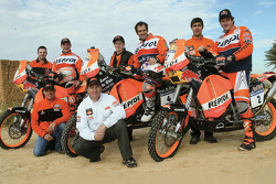 Team Repsol KTM : Marc Coma, Carlo de Gavardo et Giovanni Sala posent avec les membres de l'équipe Repsol KTM