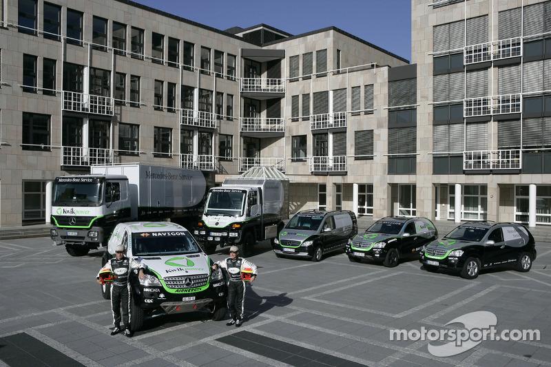 Equipe Kwikpower Mercedes-Benz : Ellen Lohr et Detlef Ruf posent avec les véhicules Kwikpower Mercedes-Benz
