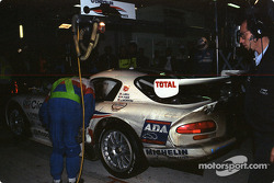 Arrêt au stand pour #63 Viper Team Oreca Chrysler Viper GTS-R: Justin Bell, John Morton, Pierre Yver