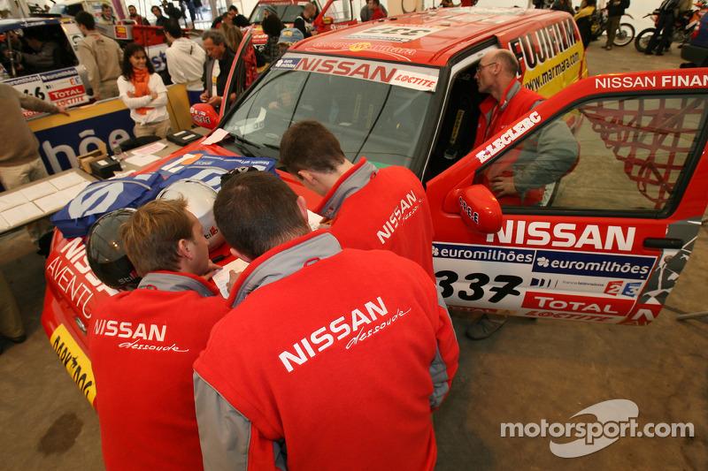Les membres de l'équipe Nissan Dessoude à l'assistance technique