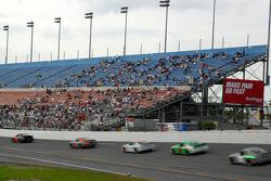 Les fans regardent la vitesse des voitures