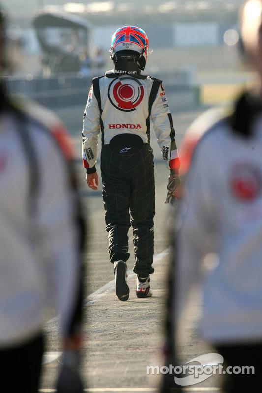 Jenson Button arrêté à la sortie des stands