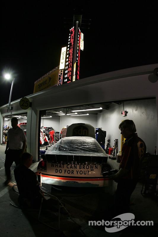 Des membres de l'équipe UPS travaillent sur la voiture numéro 88