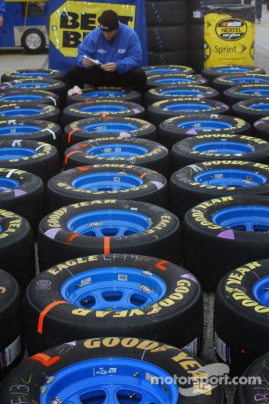 Un équipier de Penske sur les pneus de Ryan Newman