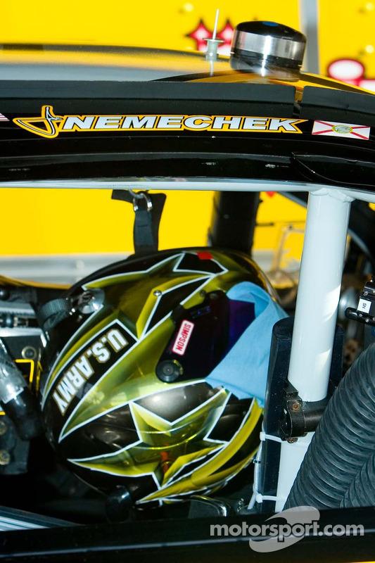 Le casque de Joe Nemechek dans sa voiture