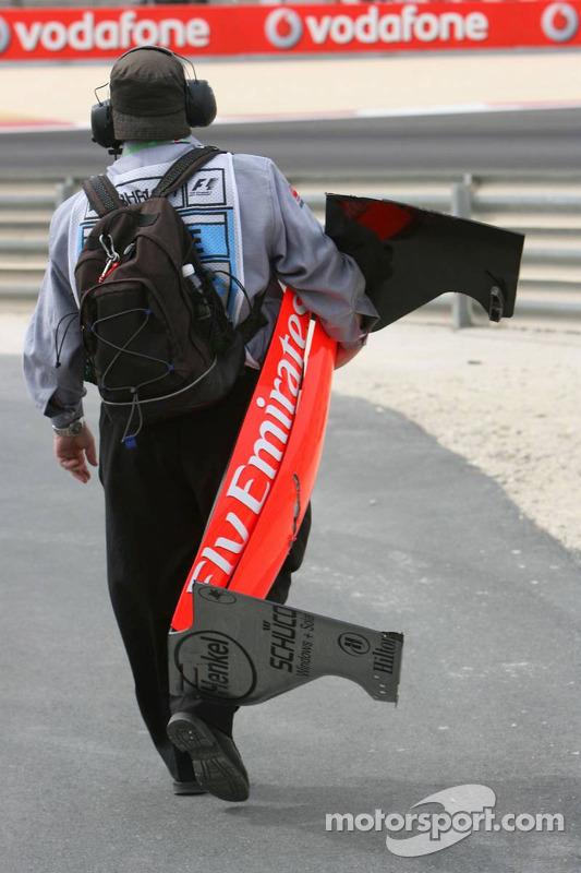 Des commissaires de course nettoient la piste